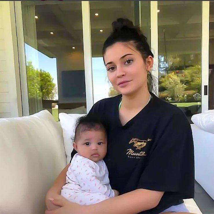 ТОП-5 знаменитостей, которые рано стали мамами
