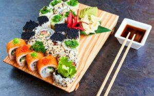 Особенности японской кухни: полезные свойства роллов и преимущества доставки блюд на дом